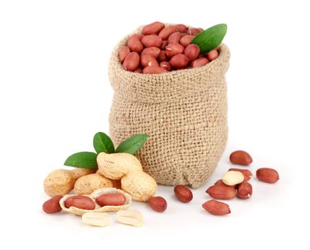 arachidi con foglia in sacchetto isolato su sfondo bianco
