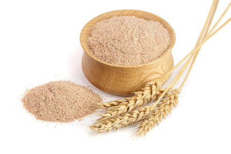 Pile of wheat bran in wooden bowl with ears isolated on white background Banco de Imagens