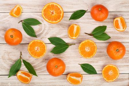 orange ou mandarine avec des feuilles sur fond blanc en bois. vue de dessus plat . composition de fruits de soleil plat Banque d'images