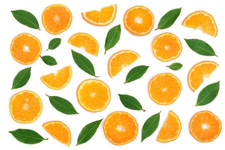 白い背景に分離された葉とオレンジやみかんのスライス。フラットレイ、トップビュー。フルーツ組成物。