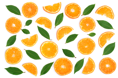 Slices of orange or tangerine with leaves isolated on white background. Flat lay, top view. Fruit composition. Archivio Fotografico