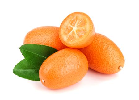 Cumquat o kumquat con la foglia isolata sulla fine bianca del fondo su. Archivio Fotografico - 92252414