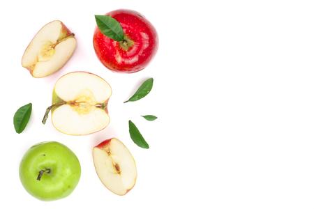 rode en groene appels met plakjes en bladeren geïsoleerd op een witte achtergrond met kopie ruimte voor uw tekst, bovenaanzicht Stockfoto