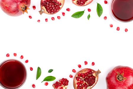 あなたのテキストのためのコピースペースと白い背景に分離された新鮮なザクロの果物とザクロジュース。トップビュー
