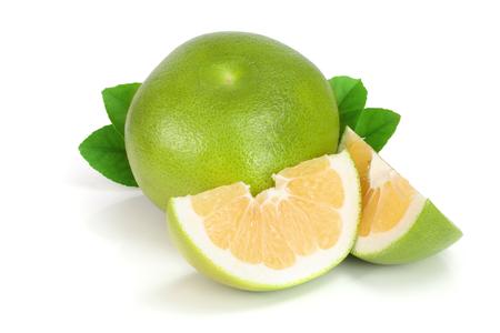 Zitrusfrucht-Süßigkeit oder Pomelit, oroblanco mit den Scheiben und Blatt lokalisiert auf weißer Hintergrundnahaufnahme Standard-Bild