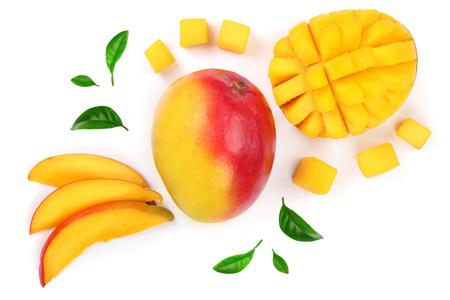 Mangofruit en half verfraaid met bladeren op wit close-up worden geïsoleerd dat als achtergrond. Bovenaanzicht Plat leggen