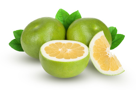 Citrus Sweetie ou Pomelit, oroblanco avec moitié et feuille isolé sur fond blanc close-up