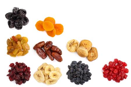 Set di frutta secca isolato su sfondo bianco con copia spazio per il testo. Vista dall'alto. Lay piatto.