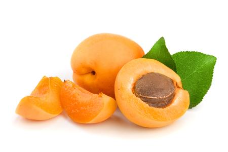 Aprikosenfrüchte mit Blättern lokalisiert auf weißem Hintergrundmakro. Standard-Bild