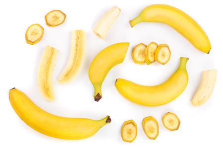 plátanos enteros y en rodajas aislados sobre fondo blanco. Vista superior. Endecha plana.