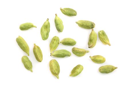 Nasiona zielonego kardamonu na białym tle. Widok z góry. Płaskie ułożenie