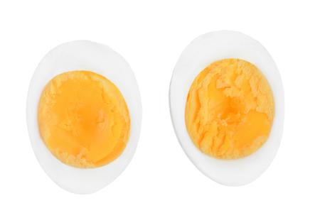 halb gekochtes Ei isoliert auf weißem Hintergrund. Ansicht von oben.