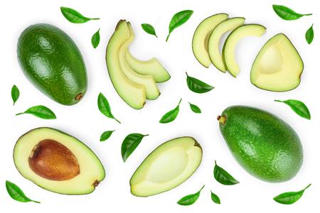 Avocado und Scheiben dekoriert mit grünen Blättern auf weißem Hintergrund. Ansicht von oben. Flach legen