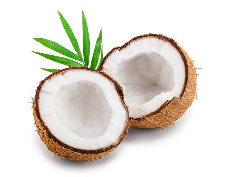 helft van kokosnoot met bladeren geïsoleerd op witte achtergrond Stockfoto