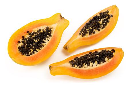 metà della papaia matura isolata su uno sfondo bianco