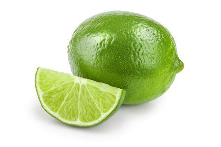 Citron vert avec tranche isolé sur blanc