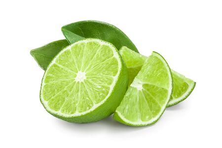 halbe Limette mit Blättern auf weißem Hintergrund