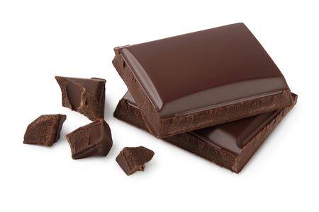 Małe kawałki ciemnej czekolady na białym tle ze ścieżką przycinającą