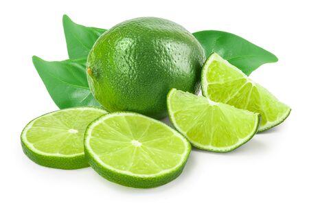 limón con la mitad aislado sobre fondo blanco.