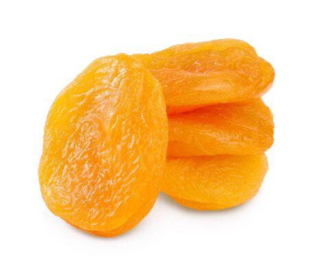 Getrocknete Aprikosen isoliert auf weißem Hintergrund mit Beschneidungspfad und voller Schärfentiefe.