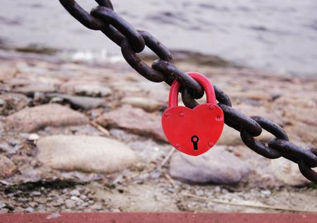 czerwony zamek na ogrodzeniu łańcucha