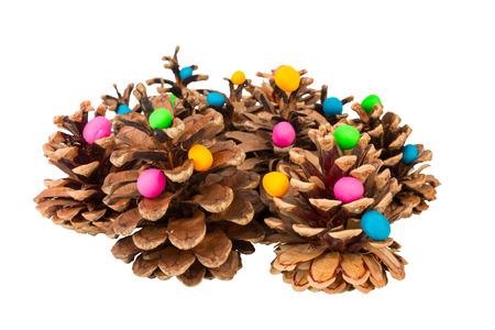 Pine cone: C�ne de pin et de la p�te � modeler. Image macro.