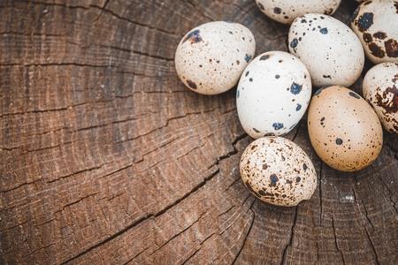 Groupe d'oeufs de caille sur la surface en bois. Concept de nourriture saine naturelle.