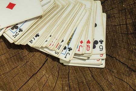 Cartes à jouer sur la surface en bois. Macro tiré.