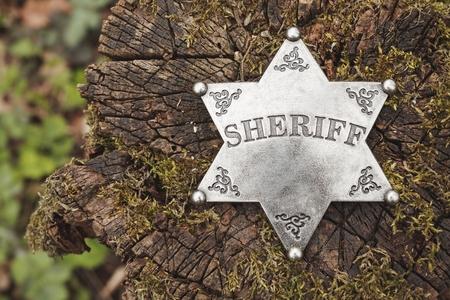 Badge du shérif sur fond en bois. Macro tiré.