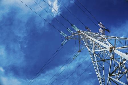 Pylônes de puissance haute tension contre le ciel bleu avec des nuages. Ligne électrique.