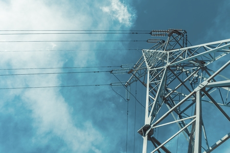 High voltage power pylons against blue sky with cloud. Power line. Banque d'images