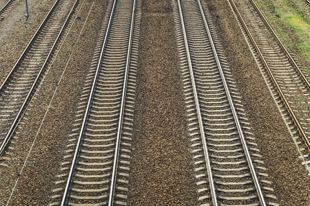 Vue de la voie ferrée sur une journée ensoleillée. Rails et traverses.