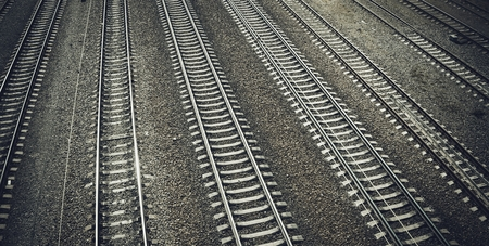 View of the railway track on a sunny day. Rails and cross ties. Banque d'images