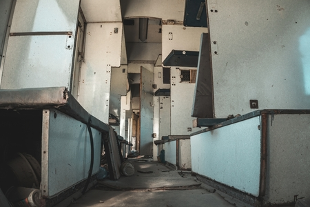 Intérieur de la voiture de train vintage. Wagon de chemin de fer abandonné.