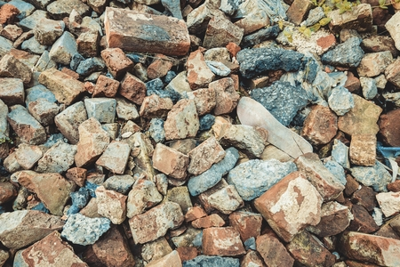 Pile of broken red bricks with garbage. Stock image. Banque d'images