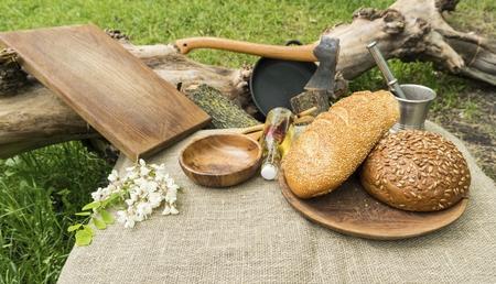Pain fait maison dans un bol en bois sur la table. Concept de nourriture saine naturelle.