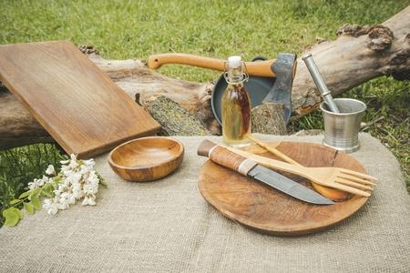 Ustensiles de cuisine rustiques. Cuillère en bois, hache, bol, couteau et planche à découper.