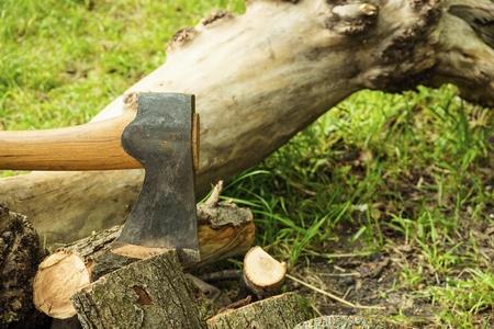 Axe prêt à couper du bois. Axe dans la forêt sur le fond de la nature.