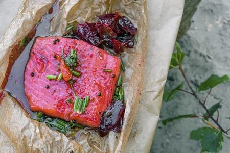 Filet de saumon mariné délicieux avec de la betterave, du poivre, de l'aneth et d'autres épices. Diète et alimentation saine.