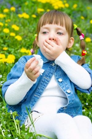 ragazza malata: Bambina malata tosse all'aperto