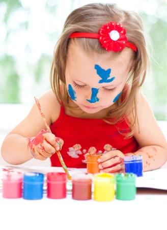manos sucias: Pintura linda de la niña con pincel y pinturas de colores Foto de archivo