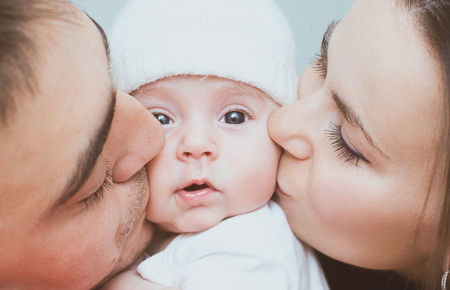 bebes recien nacidos: Joven madre y el padre con el reci�n nacido Foto de archivo