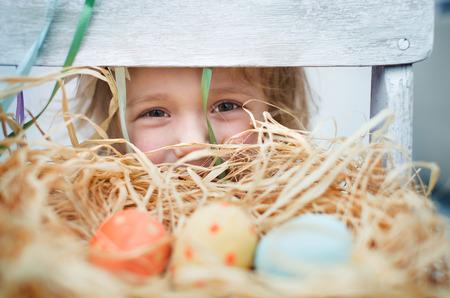 huevos de pascua: Ni�a linda con coloridos huevos de Pascua