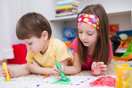 Deux petits enfants peinture avec pinceaux et peintures colorées Banque d'images - 37977109