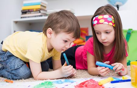 Deux petits enfants peinture avec pinceaux et peintures colorées Banque d'images - 37977113