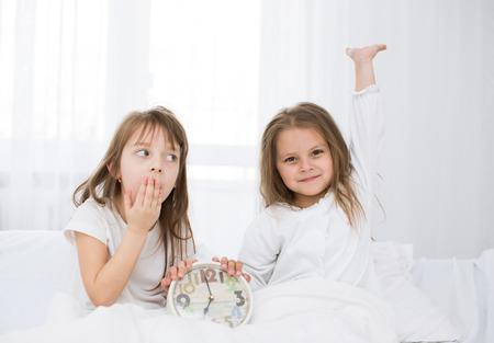 bambine adorabili svegliano nel letto