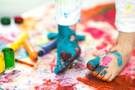 manos y pies: primer plano pintado en colores brillantes pies