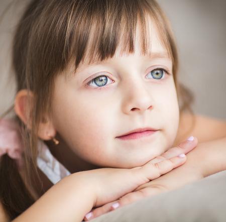 soñando: Primer retrato de una niña linda está soñando despierto