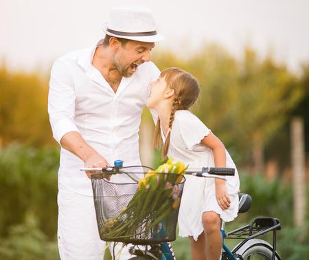 padre e hija: padre feliz con el gasto hija tiempo de calidad juntos al aire libre Foto de archivo