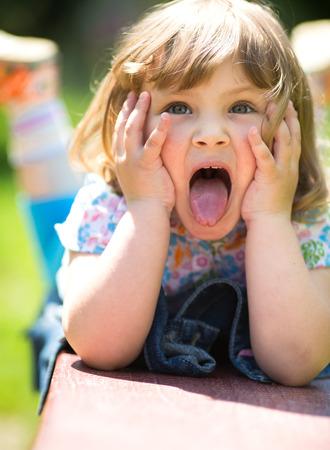 niños sonriendo: retrato del primer verano de una niña linda al aire libre